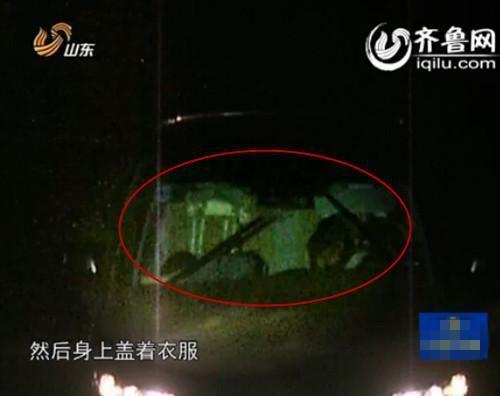 高速监控拍摄到的嫌疑人驾车载死者逃离(视频截图)