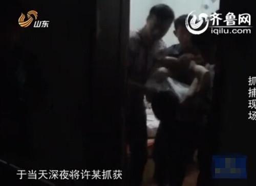 警方在小旅馆内抓捕嫌疑人(视频截图)