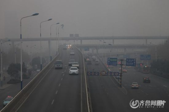 2013年1月16日,因为严重雾霾天气,济南曾实行单双号限行。(齐鲁网资料片)