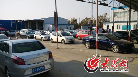 华兴环检线共有40多辆车排队,上环检线至少需要排队等四十分钟。