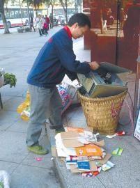 王光伟收购废旧电脑主机箱后,发现内部藏有8万元巨款。