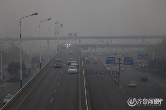 为保障APEC期间大气质量,山东已经有6市实行重污染天气Ⅰ级应急减排措,包括机动车单双号限行。(齐鲁网资料片)