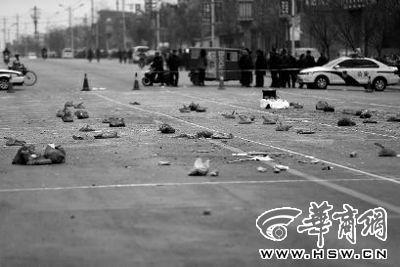 2014年1月6日,在蒲城县迎宾路,警方在案发现场路面划分了86个方格,提取现场遗留爆炸物品进行取证 华商报资料照片