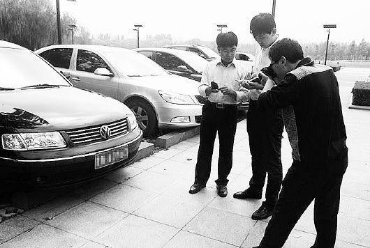 德州市纪委、监察局工作人员对疑似公车私用的车辆进行取证调查。  图片来自省纪委官网