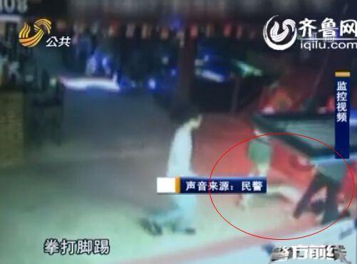 女子被两男子殴打之后躺在了地上。