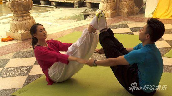 夫妻俩挑战印度双人瑜伽