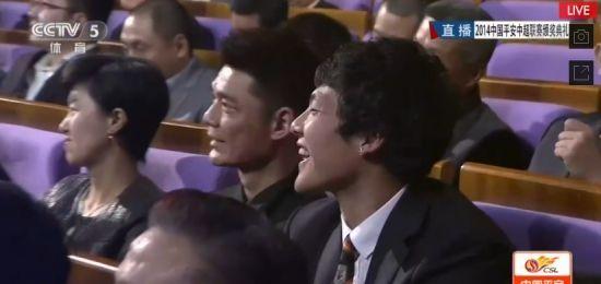 听着刘彬彬的发言 在台下笑的不停的王大雷