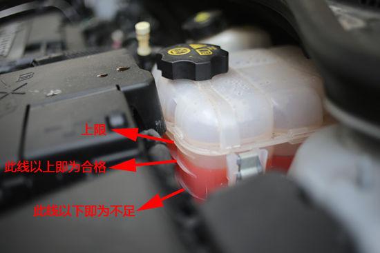 防冻液的使用   拧下水箱盖,打开水箱放水阀,放出防冻液。   将一根连接于自来水管的橡胶管插入水箱加水口,打开自来水龙头,使自来水连续不断地流经发动机冷却系统。在冲洗操作时,要使发动机怠速运转,保持上述操作,直至水箱放出清水为止。   关上自来水龙头,待冷却系统的水放尽后,再关上水箱放水阀。   从水箱加水口加人防冻液,使防冻液充满水箱。拧开储液罐盖,加人防冻液,并达到Max刻度线,注意不要超过Max刻度线。   盖上水箱盖和储液罐盖,并拧紧。   起动发动机,怠速运转2~3 m