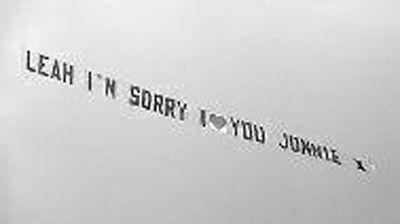 英国男子雇飞机拉条幅向女友道歉
