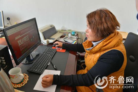 博兴县农民电商在做客服。