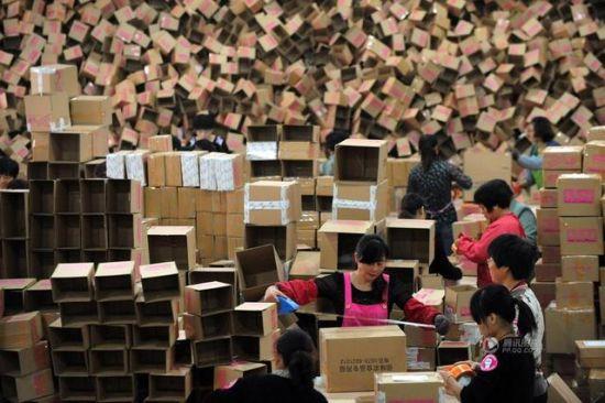 11月11日凌晨起,浙江长兴,在长兴科技创业园的一家电子商务公司800平米仓库内,200多名员工正在忙着打包、分装商品,将其运往全国各地。