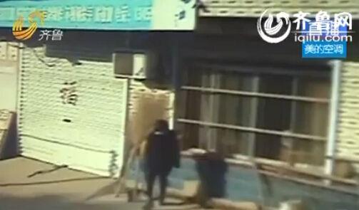 女子上门砸玻璃逼婚。(视频截图)