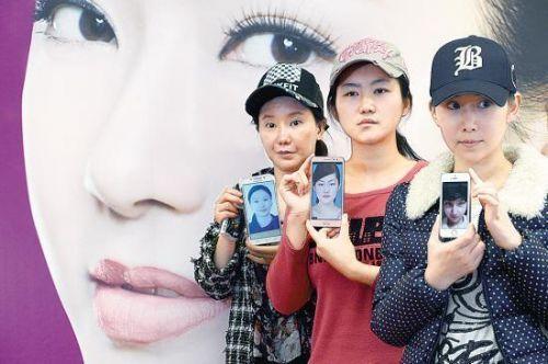 """三名惨遭毁容的女子举着整容前的照片勇敢地面对记者镜头说:""""我们露脸是为了给想整容的女孩做一个警醒!"""""""