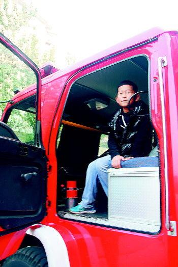 小记者登上消防车。 记者 李培乐 摄