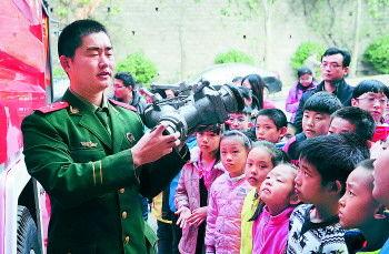 消防队员为小记者介绍消防器械。记者 周青先 摄