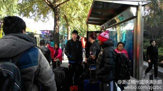 浙江男篮的队员在车站等公交车(图片来源:浙江稠州篮球俱乐部 微博)