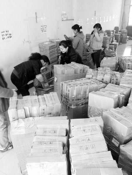 记者 王佳声 报道  11月13日,在泰安市徐家楼工业园,快递公司仓库内一片繁忙。