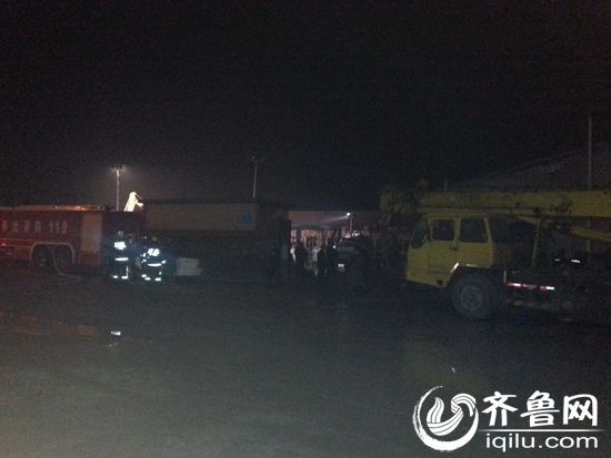 7日凌晨,发生在寿光龙源食品有限公司的火灾已经扑灭(齐鲁网记者 赵锋 摄)