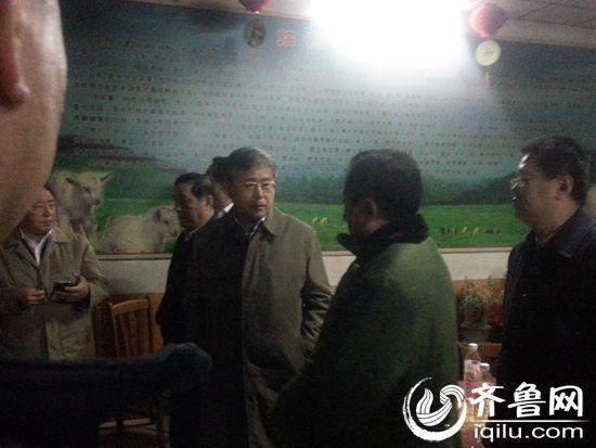 17日凌晨,山东省省长郭树清抵达寿光市龙源食品有限公司(齐鲁网记者 赵锋 摄)