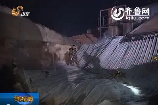 17日凌晨依然有消防战士及搜救犬在废墟上进行搜救工作(视频截图)