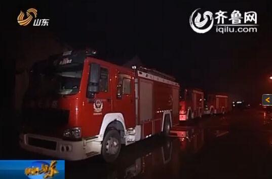 在村里的主要干道上还有数十台消防车、推土机、挖掘机,等候下一步的救援指令(视频截图)