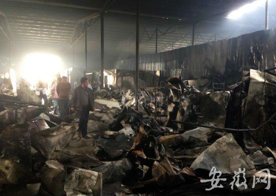 被烧的厂房一片狼藉。