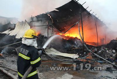 汉川布料加工厂房起火浓烟弥漫 消防成功扑灭