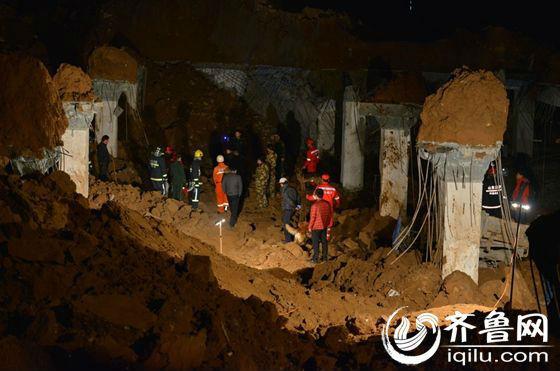 发生坍塌的地下车库位于小区中心广场地下,据工地施工的周师傅介绍,目前已经有6名工人被救出。(齐鲁网记者 于鹏 摄)