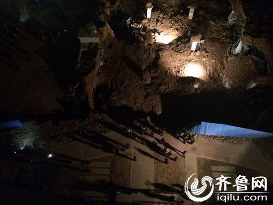 事故发生时6名工人正在地下施工,目前已成功救出5人。(齐鲁网记者 张晓博 摄)