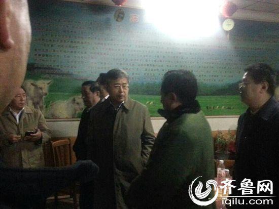 17日凌晨,山东省省长郭树清抵达寿光市龙源食品有限公司(赵烽 摄)