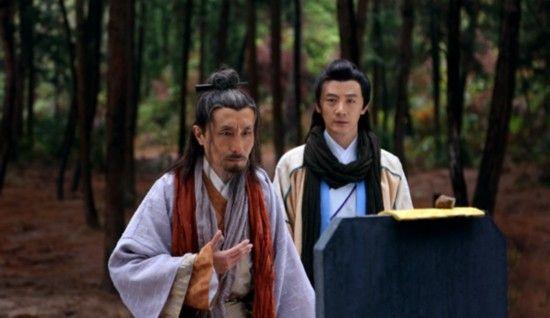 巩汉林饰演一位外表严肃的江湖大侠