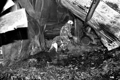救援人员在山东寿光一食品厂火灾现场搜救。新华社发
