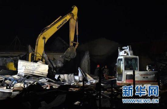 11月17日凌晨,消防人员在现场救援。 11月16日晚7时,寿光市龙源食品有限公司一胡萝卜包装车间发生火灾,事故已致18人死亡。 新华社记者 朱峥摄