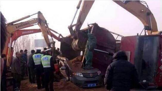 拉沙卡车侧翻掩埋接送学生面包车
