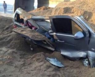 面包车身2/3被掩盖 车顶被压凹