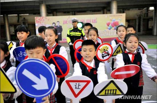 11月17日,山师附小举行交通安全知识模拟情景剧,图为学生集体表演。(朱津明摄)