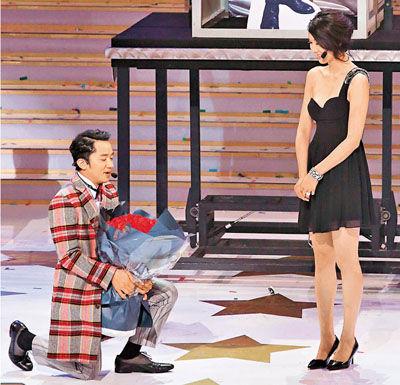 王祖蓝跪地向李亚男求婚成功