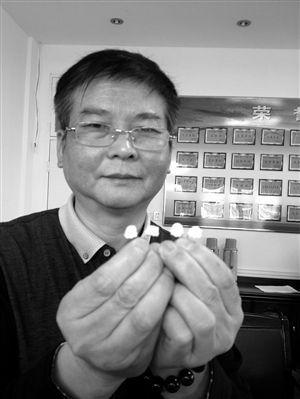 梁剑兴展示他发明的防PM2.5鼻内套