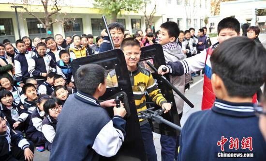 济南巡警教学生防范非法侵害
