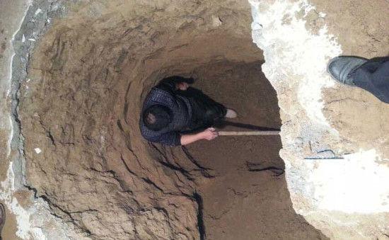 民警正在嫌疑人家中搜寻被掩埋9年的尸体