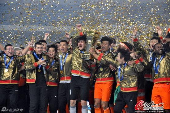 鲁能捧起2014年足协杯冠军