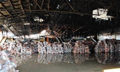 11月17日,山东寿光火灾事故现场扑救结束。11月16日晚,山东寿光龙源食品有限公司一胡萝卜包装车间发生火灾,事故已致18人死亡,13人受伤。新华社记者 范长国 摄