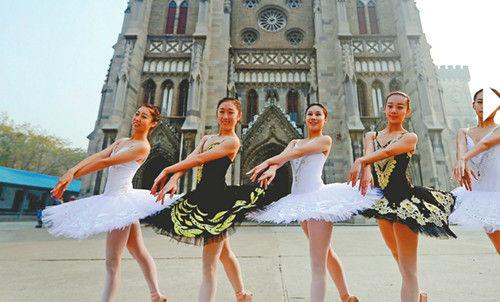 女学生翩翩起舞