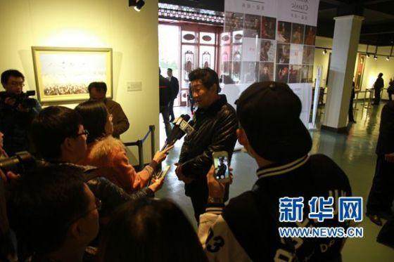 11月23日,山东美术馆馆长、展览总策划徐青峰接受媒体采访