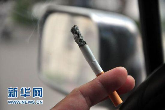 世界无烟日当天在山东省聊城市街头拍摄到的吸烟者(2014年5月31日摄)。新华社发(赵玉国 摄)