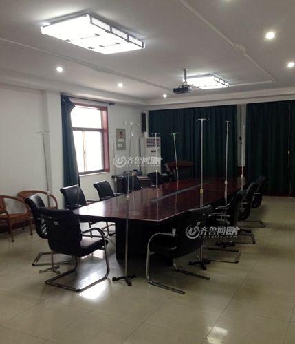 滨州学院校医院学术报告厅里,会议桌旁摆着多支输液架。(齐鲁网记者 张伟 王鲁齐 摄)