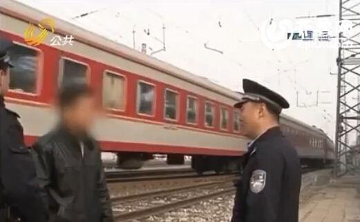 民警将男子救下(视频截图)