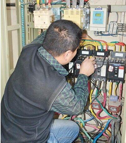 工作人员在安装智能路灯控制设备