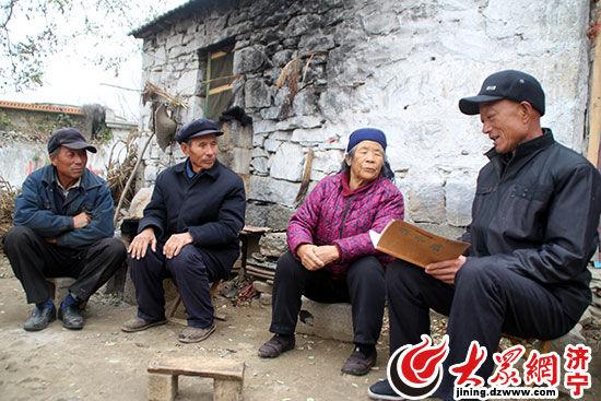 村民庞玉明经常和乡亲们聚在一起交流《弟子规》