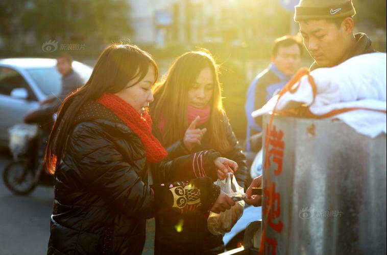 济南90后女孩街头卖烤地瓜为患白血病哥哥筹钱